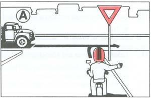 Segédmotoros kerékpárjával az ábrán látható útkeresztez?déshez érkezik. Kell-e els?bbséget adnia?