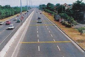 Mit jeleznek az útburkolatra festett keresztirányú, egymást követő, folytonos sárga színű vonalak?