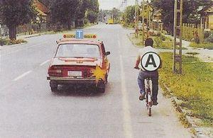 Van-e elsőbbségadási kötelezettsége a tanulókocsinak, ha az útkereszteződésben jobbra kíván bekanyarodni?