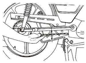 A láncot az ábrán látható módon ellen?rzi. Mennyit mozdulhat el a lánc, ha jól van beállítva?