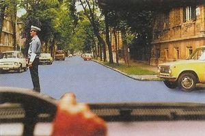 Ön a kormánykerékkel ábrázolt gépkocsit vezeti. Ha a bekanyarodást jelz?tábla nem tiltja, merre folytathatja útját?