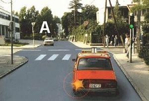 Ennél a jelzésnél számítania kell-e a tanulókocsi vezet?jének arra, hogy a szemb?l érkez? gépkocsi is szabad jelzést kap?