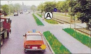 Ebben a forgalmi helyzetben van-e a tanulókocsinak els?bbségadási kötelezettsége, ha jobbra kíván kanyarodni?